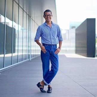 Wie kombinieren: blaues vertikal gestreiftes Langarmhemd, blaue Jeans, schwarze Ledersandalen, schwarze Lederuhr