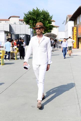 Wie kombinieren: weißes Langarmhemd, weiße Jeans mit Destroyed-Effekten, graue Wildleder Slipper, brauner Strohhut