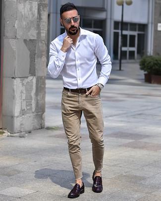 Wie kombinieren: weißes Langarmhemd, beige Jeans, dunkellila Leder Slipper, dunkelbrauner Ledergürtel