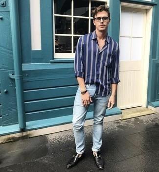 Hellblaue Jeans kombinieren – 500+ Herren Outfits: Kombinieren Sie ein dunkelblaues und weißes vertikal gestreiftes Langarmhemd mit hellblauen Jeans für ein großartiges Wochenend-Outfit. Fühlen Sie sich mutig? Wählen Sie schwarzen Leder Slipper.
