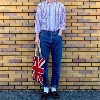 Hellblaues vertikal gestreiftes Langarmhemd kombinieren – 85 Smart-Casual Herren Outfits: Tragen Sie ein hellblaues vertikal gestreiftes Langarmhemd und blauen Jeans, um einen lockeren, aber dennoch stylischen Look zu erhalten. Fühlen Sie sich mutig? Entscheiden Sie sich für dunkelroten Leder Slipper mit Fransen.