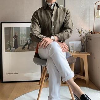 Smart-Casual Outfits Herren 2020: Kombinieren Sie ein olivgrünes Langarmhemd mit weißen Jeans für einen bequemen Alltags-Look. Schwarze Leder Slipper putzen umgehend selbst den bequemsten Look heraus.