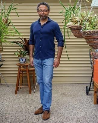 Hellblaue Jeans kombinieren – 294 Smart-Casual Herren Outfits: Paaren Sie ein dunkelblaues Langarmhemd mit hellblauen Jeans, um mühelos alles zu meistern, was auch immer der Tag bringen mag. Heben Sie dieses Ensemble mit braunen Wildleder Slippern hervor.