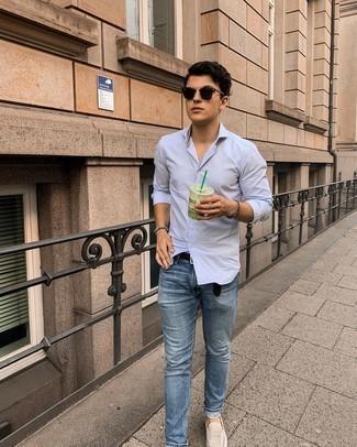 Schwarzen geflochtenen Ledergürtel kombinieren – 167 Herren Outfits: Ein hellblaues vertikal gestreiftes Langarmhemd und ein schwarzer geflochtener Ledergürtel sind eine perfekte Wochenend-Kombination. Fühlen Sie sich ideenreich? Vervollständigen Sie Ihr Outfit mit hellbeige Wildleder Slippern.