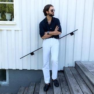 Dunkelblaues Langarmhemd kombinieren – 1200+ Herren Outfits: Kombinieren Sie ein dunkelblaues Langarmhemd mit weißen Jeans für ein sonntägliches Mittagessen mit Freunden. Machen Sie Ihr Outfit mit schwarzen Leder Slippern mit Quasten eleganter.