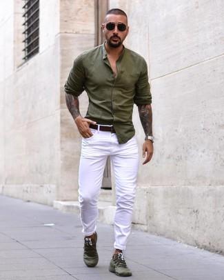 Wie kombinieren: olivgrünes Langarmhemd, weiße Jeans, olivgrüne Sportschuhe, dunkelbrauner Ledergürtel