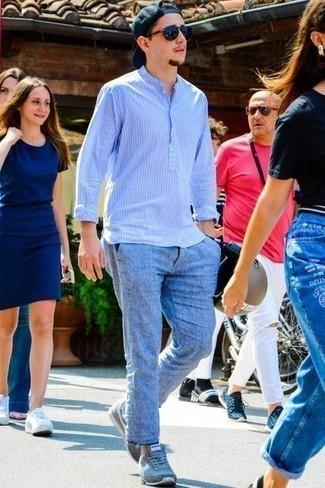Hellblaues vertikal gestreiftes Langarmhemd kombinieren – 193 Herren Outfits: Die Kombination von einem hellblauen vertikal gestreiften Langarmhemd und hellblauen Jeans mit Acid-Waschung erlaubt es Ihnen, Ihren Freizeitstil klar und einfach zu halten. Fühlen Sie sich mutig? Ergänzen Sie Ihr Outfit mit hellblauen Sportschuhen.