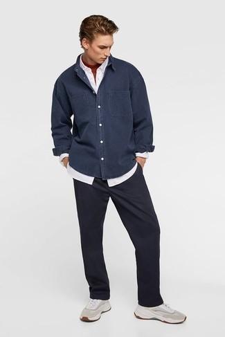 Weißes Langarmhemd kombinieren – 1200+ Herren Outfits: Vereinigen Sie ein weißes Langarmhemd mit einer schwarzen Chinohose für ein bequemes Outfit, das außerdem gut zusammen passt. Wenn Sie nicht durch und durch formal auftreten möchten, entscheiden Sie sich für hellbeige Sportschuhe.