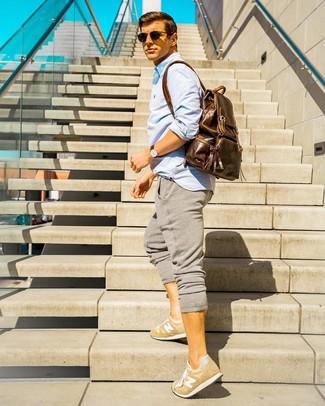 Wie kombinieren: hellblaues Langarmhemd, graue Jogginghose, beige niedrige Sneakers, brauner Leder Rucksack