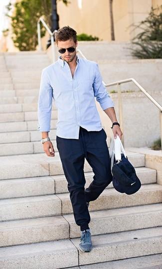 Wie kombinieren: hellblaues Langarmhemd, dunkelblaue Jogginghose, dunkelblaue Sportschuhe, dunkelblaue Segeltuch Sporttasche