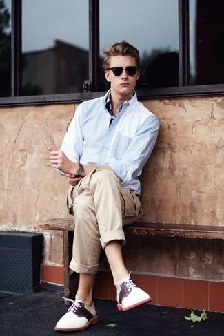 Hellbeige Cargohose kombinieren: trends 2020: Tragen Sie ein hellblaues Langarmhemd und eine hellbeige Cargohose für ein Alltagsoutfit, das Charakter und Persönlichkeit ausstrahlt. Komplettieren Sie Ihr Outfit mit weißen Leder Derby Schuhen, um Ihr Modebewusstsein zu zeigen.