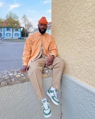 Mütze kombinieren – 1200+ Herren Outfits: Für ein bequemes Couch-Outfit, entscheiden Sie sich für ein orange Langarmhemd und eine Mütze. Fühlen Sie sich mutig? Ergänzen Sie Ihr Outfit mit weißen und grünen Leder niedrigen Sneakers.