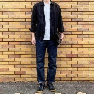 Dunkelblaues und grünes Langarmhemd mit Schottenmuster kombinieren – 205 Herren Outfits warm Wetter: Erwägen Sie das Tragen von einem dunkelblauen und grünen Langarmhemd mit Schottenmuster und dunkelblauen Jeans, um mühelos alles zu meistern, was auch immer der Tag bringen mag. Schwarze Leder niedrige Sneakers sind eine perfekte Wahl, um dieses Outfit zu vervollständigen.
