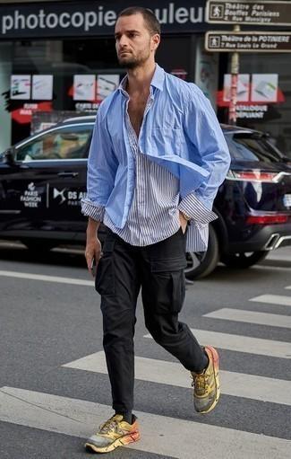 Mehrfarbige Sportschuhe kombinieren: trends 2020: Kombinieren Sie ein weißes und dunkelblaues vertikal gestreiftes Langarmhemd mit einer schwarzen Cargohose für ein Alltagsoutfit, das Charakter und Persönlichkeit ausstrahlt. Fühlen Sie sich ideenreich? Wählen Sie mehrfarbigen Sportschuhe.