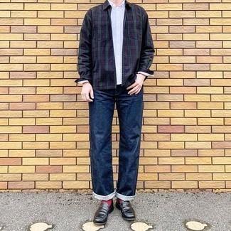 Dunkelblaues und grünes Langarmhemd mit Schottenmuster kombinieren – 205 Herren Outfits warm Wetter: Kombinieren Sie ein dunkelblaues und grünes Langarmhemd mit Schottenmuster mit einem dunkelblauen und grünen Langarmhemd mit Schottenmuster, um mühelos alles zu meistern, was auch immer der Tag bringen mag. Setzen Sie bei den Schuhen auf die klassische Variante mit schwarzen Leder Slippern.