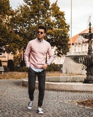 Hellblaues vertikal gestreiftes Langarmhemd kombinieren – 81 Casual Herren Outfits: Kombinieren Sie ein hellblaues vertikal gestreiftes Langarmhemd mit einer schwarzen Chinohose, um mühelos alles zu meistern, was auch immer der Tag bringen mag. Dunkelblaue und weiße Segeltuch niedrige Sneakers sind eine kluge Wahl, um dieses Outfit zu vervollständigen.