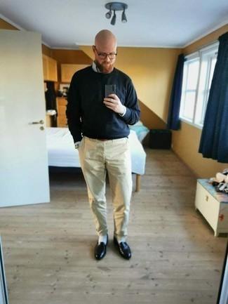 40 Jährige: Outfits Herren 2020: Kombinieren Sie ein hellblaues vertikal gestreiftes Langarmhemd mit einer hellbeige Chinohose für einen bequemen Alltags-Look. Fühlen Sie sich ideenreich? Vervollständigen Sie Ihr Outfit mit schwarzen Leder Slippern.