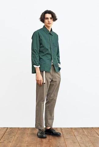 Dunkelgrünes Langarmhemd kombinieren – 371 Herren Outfits: Entscheiden Sie sich für ein dunkelgrünes Langarmhemd und eine braune Chinohose für ein großartiges Wochenend-Outfit. Fühlen Sie sich ideenreich? Komplettieren Sie Ihr Outfit mit schwarzen Leder Derby Schuhen.