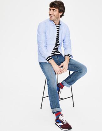 Wie kombinieren: hellblaues Langarmhemd, schwarzes und weißes horizontal gestreiftes Langarmshirt, blaue Jeans, dunkelrote Wildleder Sportschuhe