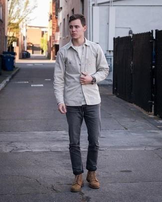 Weißes Langarmshirt mit einer Knopfleiste kombinieren – 78 Herren Outfits: Vereinigen Sie ein weißes Langarmshirt mit einer Knopfleiste mit dunkelgrauen Jeans für einen bequemen Alltags-Look. Fühlen Sie sich ideenreich? Vervollständigen Sie Ihr Outfit mit einer braunen Wildlederfreizeitstiefeln.