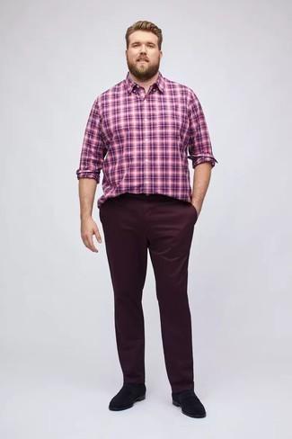 Chinohose kombinieren: trends 2020: Vereinigen Sie ein lila Langarmhemd mit Schottenmuster mit einer Chinohose, um einen lockeren, aber dennoch stylischen Look zu erhalten. Fühlen Sie sich mutig? Vervollständigen Sie Ihr Outfit mit schwarzen Wildleder Slippern.
