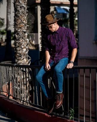 Wie kombinieren: lila Langarmhemd mit Vichy-Muster, blaue Jeans, braune Lederfreizeitstiefel, brauner Wollhut