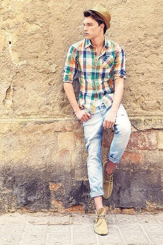 Hellblaue enge Jeans mit Destroyed-Effekten kombinieren: trends 2020: Für ein bequemes Couch-Outfit, entscheiden Sie sich für ein mehrfarbiges Langarmhemd mit Schottenmuster und hellblauen enge Jeans mit Destroyed-Effekten. Fühlen Sie sich mutig? Entscheiden Sie sich für beige Chukka-Stiefel aus Wildleder.