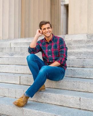 Wie kombinieren: mehrfarbiges Langarmhemd mit Schottenmuster, blaue Jeans, beige Chukka-Stiefel aus Leder, dunkelblaue und weiße horizontal gestreifte Socken