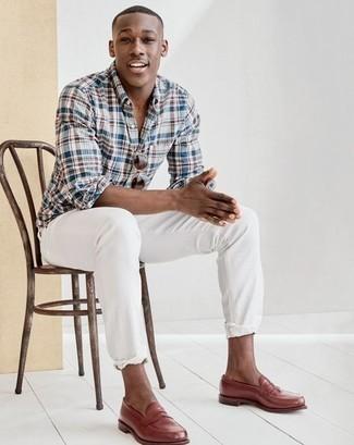 Herren Outfits 2020: Vereinigen Sie ein mehrfarbiges Langarmhemd mit Schottenmuster mit weißen Jeans für ein Alltagsoutfit, das Charakter und Persönlichkeit ausstrahlt. Heben Sie dieses Ensemble mit braunen Leder Slippern hervor.