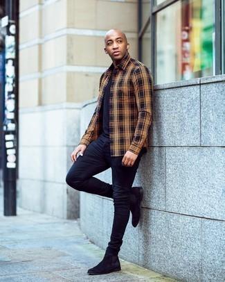 Herren Outfits 2020: Ein mehrfarbiges Langarmhemd mit Schottenmuster und dunkelblaue enge Jeans sind eine gute Outfit-Formel für Ihre Sammlung. Fühlen Sie sich mutig? Wählen Sie schwarzen Chelsea Boots aus Wildleder.
