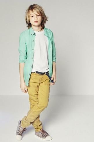 Wie kombinieren: mintgrünes Langarmhemd, weißes T-shirt, senf Hose, graue Turnschuhe