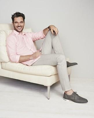 Graue Chinohose kombinieren – 500+ Herren Outfits: Die Paarung aus einem rosa Langarmhemd und einer grauen Chinohose ist eine komfortable Wahl, um Besorgungen in der Stadt zu erledigen. Heben Sie dieses Ensemble mit dunkelgrauen Leder Derby Schuhen hervor.