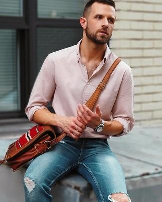 Wie kombinieren: rosa Leinen Langarmhemd, blaue enge Jeans mit Destroyed-Effekten, braune Leder Umhängetasche, silberne Uhr