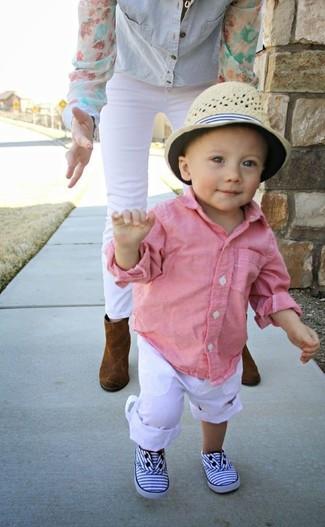 Wie kombinieren: rosa Langarmhemd, weiße Hose, weiße Turnschuhe, hellbeige Hut