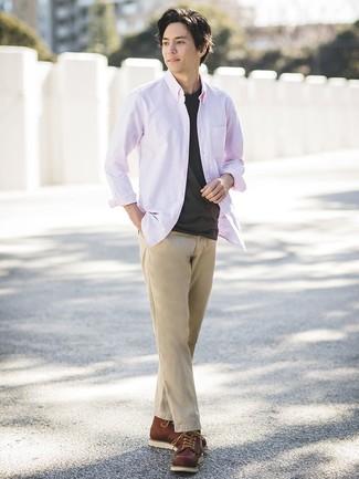 Wie kombinieren: rosa Langarmhemd, schwarzes T-Shirt mit einem Rundhalsausschnitt, beige Chinohose, braune Lederarbeitsstiefel