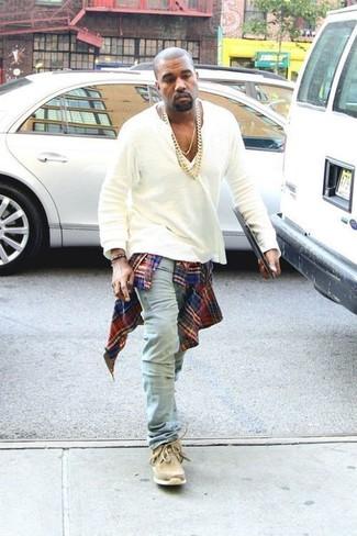 Kanye West trägt Rotes und dunkelblaues Langarmhemd mit Schottenmuster, Weißes T-shirt mit Knopfleiste, Hellblaue Jeans, Beige Chukka-Stiefel aus Wildleder