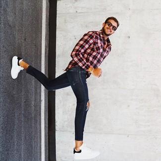 Wie kombinieren: rotes und schwarzes Langarmhemd mit Schottenmuster, dunkelblaue enge Jeans mit Destroyed-Effekten, weiße und schwarze Leder niedrige Sneakers, dunkelbraune Sonnenbrille