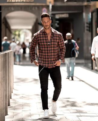 Wie kombinieren: rotes und schwarzes Langarmhemd mit Schottenmuster, schwarze enge Jeans, weiße Leder niedrige Sneakers, silberne Uhr