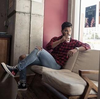 Hellblaue Jeans mit Destroyed-Effekten kombinieren: trends 2020: Ein rotes und schwarzes Langarmhemd mit Vichy-Muster und hellblaue Jeans mit Destroyed-Effekten sind eine kluge Outfit-Formel für Ihre Sammlung. Schwarze bedruckte hohe Sneakers aus Segeltuch sind eine gute Wahl, um dieses Outfit zu vervollständigen.