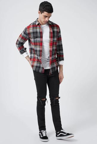 Wie kombinieren: rotes und schwarzes Flanell Langarmhemd mit Karomuster, weißes Langarmshirt, schwarze enge Jeans mit Destroyed-Effekten, schwarze Segeltuch niedrige Sneakers
