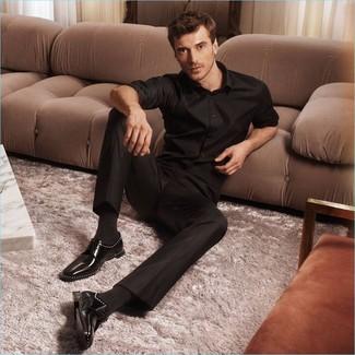 Herren Outfits & Modetrends: Paaren Sie ein schwarzes Langarmhemd mit einer schwarzen Anzughose, um vor Klasse und Perfektion zu strotzen. Schwarze Leder Derby Schuhe fügen sich nahtlos in einer Vielzahl von Outfits ein.