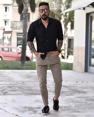 schwarzes Langarmhemd, hellbeige enge Jeans, schwarze Leder niedrige Sneakers, silberne Sonnenbrille für Herren