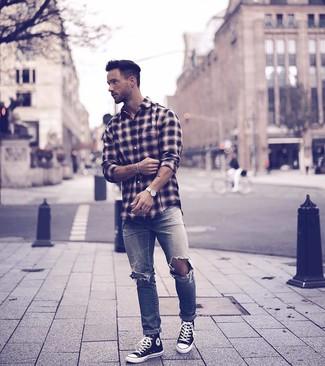 Wie kombinieren: schwarzes Langarmhemd mit Schottenmuster, graue Jeans mit Destroyed-Effekten, schwarze und weiße hohe Sneakers aus Segeltuch, weiße Lederuhr