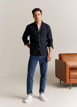 Schwarzes Langarmhemd kombinieren – 471 Herren Outfits: Kombinieren Sie ein schwarzes Langarmhemd mit blauen Jeans für ein sonntägliches Mittagessen mit Freunden. Komplettieren Sie Ihr Outfit mit weißen Segeltuch niedrigen Sneakers.