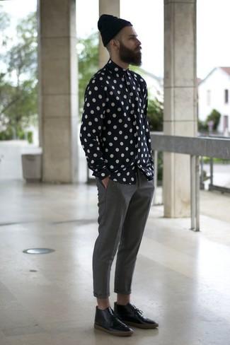 Wie kombinieren: schwarzes und weißes gepunktetes Langarmhemd, graue Chinohose, schwarze Chukka-Stiefel aus Leder, schwarze Mütze