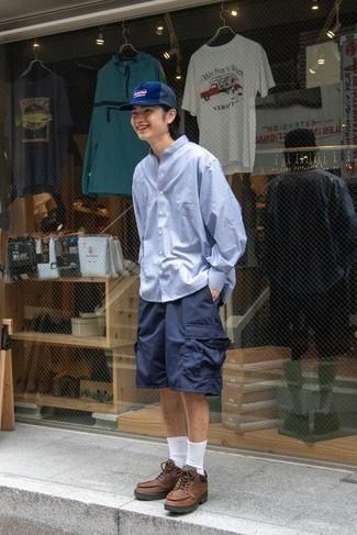 Shorts kombinieren – 500+ Herren Outfits: Vereinigen Sie ein hellblaues Langarmhemd mit Shorts für ein sonntägliches Mittagessen mit Freunden. Wenn Sie nicht durch und durch formal auftreten möchten, wählen Sie braunen Lederarbeitsstiefel.