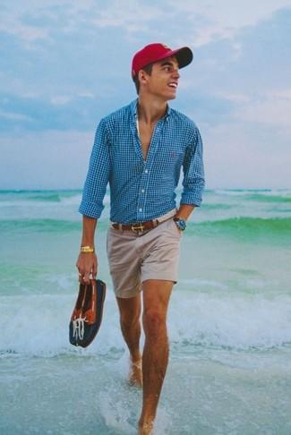 Wie kombinieren: türkises Langarmhemd mit Vichy-Muster, hellbeige Shorts, dunkelblaue Leder Bootsschuhe, rote Baseballkappe