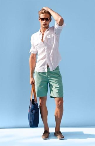 Tragen Sie ein weißes Leinen Langarmhemd und mintgrünen Shorts für ein großartiges Wochenend-Outfit. Dieses Outfit passt hervorragend zusammen mit braunen wildleder bootsschuhen.