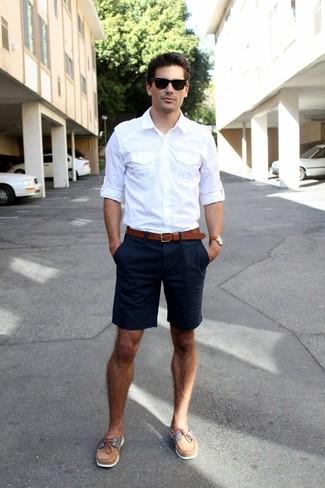 weißes Langarmhemd, dunkelblaue Shorts, braune Leder Bootsschuhe, brauner Ledergürtel für Herren