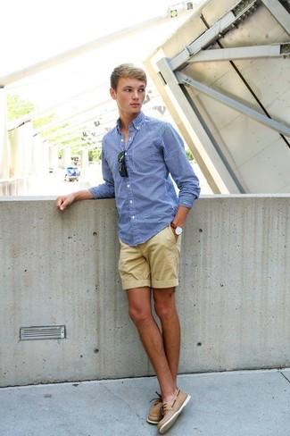 Wie kombinieren: blaues Langarmhemd mit Vichy-Muster, beige Shorts, beige Leder Bootsschuhe, schwarze Sonnenbrille